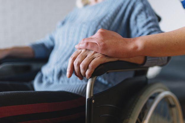 mujer-silla-ruedas-asilo-ancianos_23-2147787985 Ayuda a domicilio en Córdoba