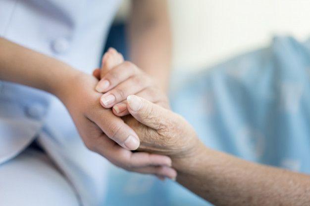 enfermera-sentada-cama-hospital-junto-mujer-mayor-ayudando-manos_73503-1315 Cuidado de ancianos a domicilio en Córdoba