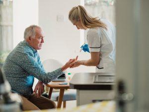 Como-afecta-la-diabetes-a-las-personas-mayores-300x225 ¿Cómo afecta la diabetes a las personas mayores?